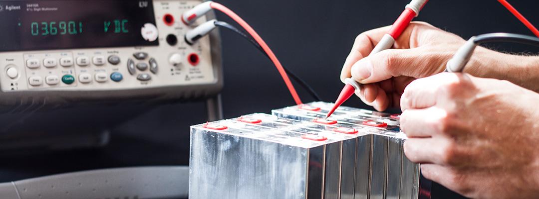 Messung an Lithium-Ionen Batterie von Spannung und Ladezustand